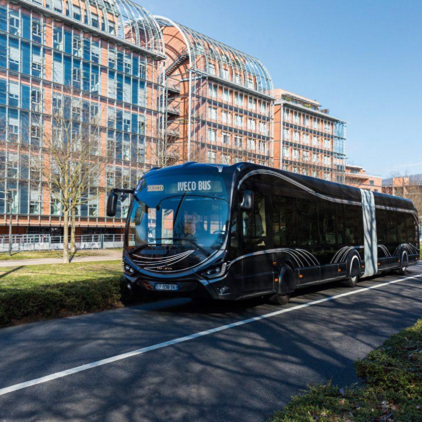 Pneumatici intelligenti Continental per autocarri ed autobus - image IVECO_Bus_2015-17_Iveco_Crealis_18_Black_535744_1280x853-840x840 on http://mezzipesanti.motori.net